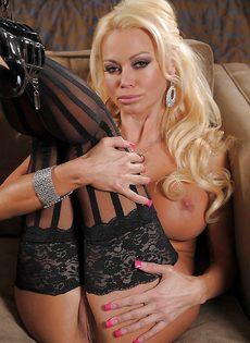 Отличная фото сессия сногсшибательной блондинки в чулках - фото #14