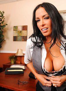 Сногсшибательная секретарша немножко развлеклась после работы - фото #6