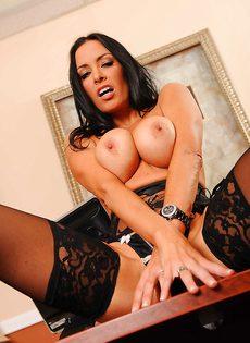 Сногсшибательная секретарша немножко развлеклась после работы - фото #13