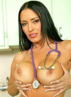 Шикарная медсестра в красивом нижнем белье и в черных чулках - фото #12