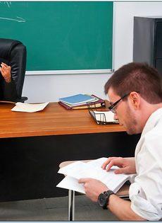 Преподавательница сделала минет студенту и отдалась ему - фото #1