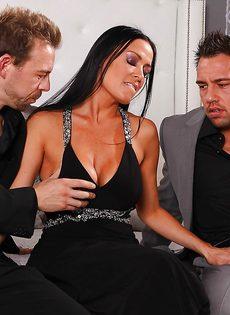 Парни с двух сторон трахают брюнетистую чертовку с силиконовыми сиськами - фото #3