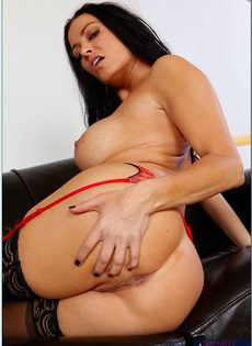 Гламурная сексуальная брюнетка в черных чулках - фото #8