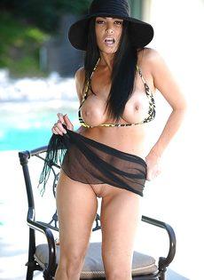 У длинноволосой бабенки большие сиськи и сочная вагина - фото #9