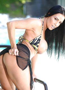 У длинноволосой бабенки большие сиськи и сочная вагина - фото #12
