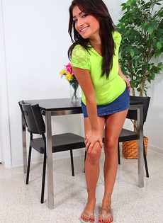 Миловидная студентка обнажилась и занялась мастурбацией - фото #1