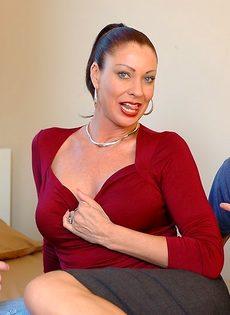 Лицо зрелой женщины в сперме после небольшой групповушки - фото #1