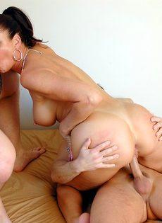 Лицо зрелой женщины в сперме после небольшой групповушки - фото #10