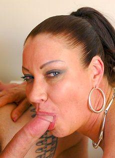 Лицо зрелой женщины в сперме после небольшой групповушки - фото #12