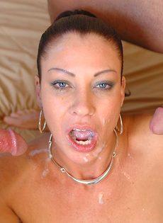 Лицо зрелой женщины в сперме после небольшой групповушки - фото #15