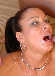 Лицо зрелой женщины в сперме после небольшой групповушки - фото #16
