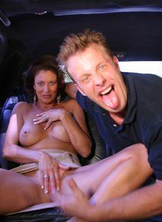 Молодой парень поимел в рот зрелую подружку на заднем сидении авто - фото #4