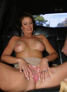 Молодой парень поимел в рот зрелую подружку на заднем сидении авто - фото #5