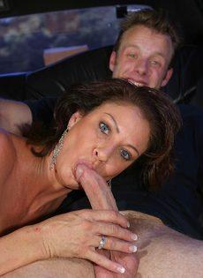 Молодой парень поимел в рот зрелую подружку на заднем сидении авто - фото #16