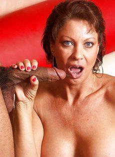 Старая потаскушка от души попрыгала на крепком пенисе - фото #2