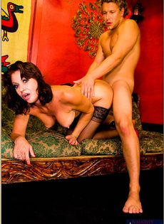 После горячего совокупления угощает женщину свежей спермой - фото #15