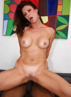 Жаркая бабенка насаживается вагинальной дыркой на черный пенис - фото #10
