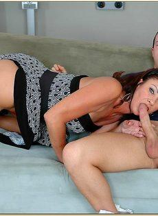 Молодой чувак впервые трахается со зрелой женщиной - фото #3