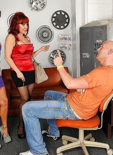Парень отодрал женщин с большими дойками в порядке очереди - фото #1
