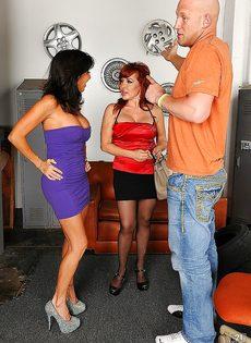 Парень отодрал женщин с большими дойками в порядке очереди - фото #