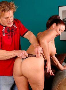 Аппетитная баба соблазнила мужика и залезла к нему в штаны - фото #3