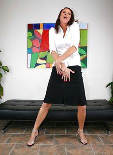 Горячая женщина соскучилась по сексуальному удовлетворению - фото #1