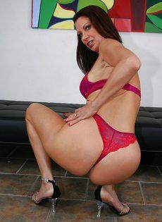 Горячая женщина соскучилась по сексуальному удовлетворению - фото #7