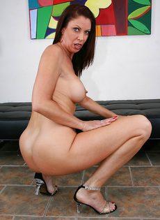 Горячая женщина соскучилась по сексуальному удовлетворению - фото #11