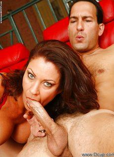 Перед половым актом отполировала пенис нового любовника - фото #1