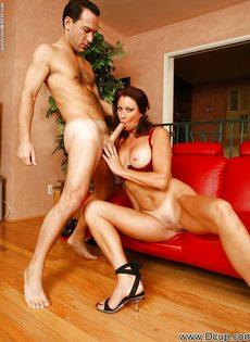 Перед половым актом отполировала пенис нового любовника - фото #4