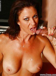 Перед половым актом отполировала пенис нового любовника - фото #16