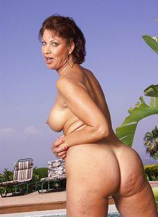 Женщина не упустила возможность попозировать на курорте - фото #11