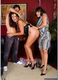 Горячие бабенки удовлетворились одним половым членом - фото #