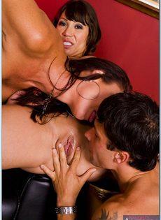 Горячие бабенки удовлетворились одним половым членом - фото #6