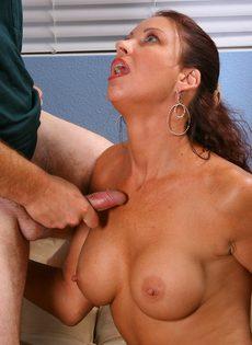 Качественно отсосала член и насладилась густой спермой - фото #12