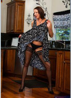 Взрослая потаскушка в сексуальном белье и в чулках черного цвета - фото #2