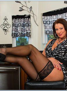 Взрослая потаскушка в сексуальном белье и в чулках черного цвета - фото #5