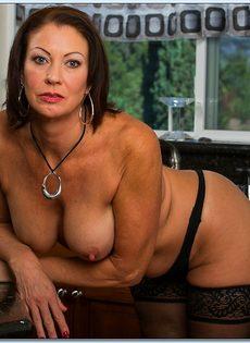 Взрослая потаскушка в сексуальном белье и в чулках черного цвета - фото #9