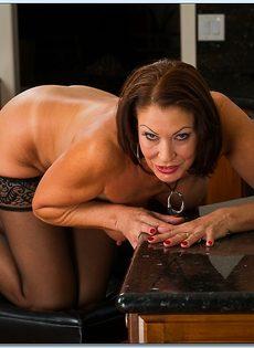 Взрослая потаскушка в сексуальном белье и в чулках черного цвета - фото #14