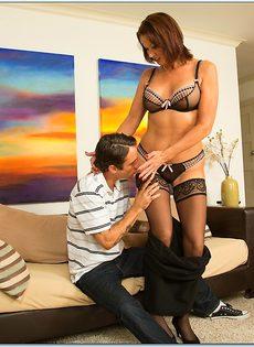 Красивая женщина в чулках садится влагалищем на крепкий пенис - фото #2