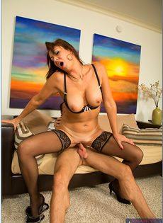 Красивая женщина в чулках садится влагалищем на крепкий пенис - фото #6