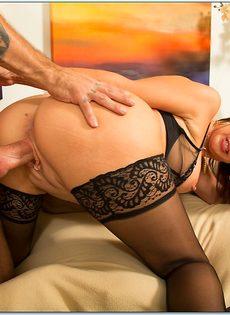 Красивая женщина в чулках садится влагалищем на крепкий пенис - фото #12
