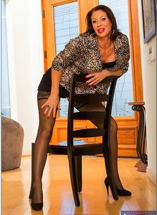 Ухоженная бабенка в сексуальном нижнем белье и в черных чулках - фото #2