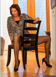 Ухоженная бабенка в сексуальном нижнем белье и в черных чулках - фото #3