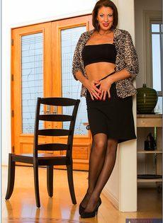 Ухоженная бабенка в сексуальном нижнем белье и в черных чулках - фото #4