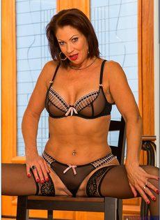 Ухоженная бабенка в сексуальном нижнем белье и в черных чулках - фото #7