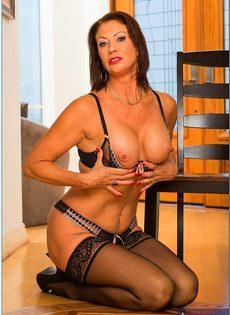 Ухоженная бабенка в сексуальном нижнем белье и в черных чулках - фото #8