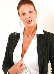 Взрослая деловая женщина продемонстрировала только лишь сиськи - фото #2