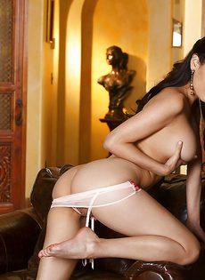 Профессиональная модель позирует обнаженной - фото #15