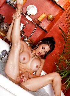 Обаятельная латинская телка мастурбирует в ванной - фото #13